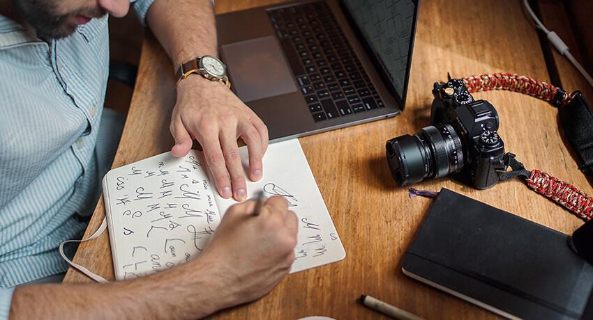 designer em processo de criação