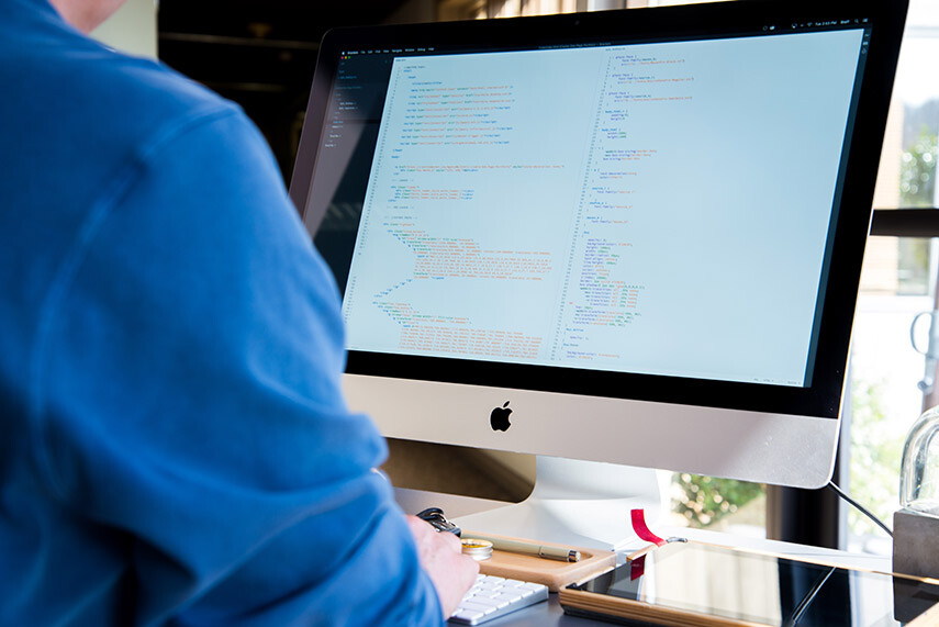 foto ilustrativa de webdesigner trabalhando com html e css