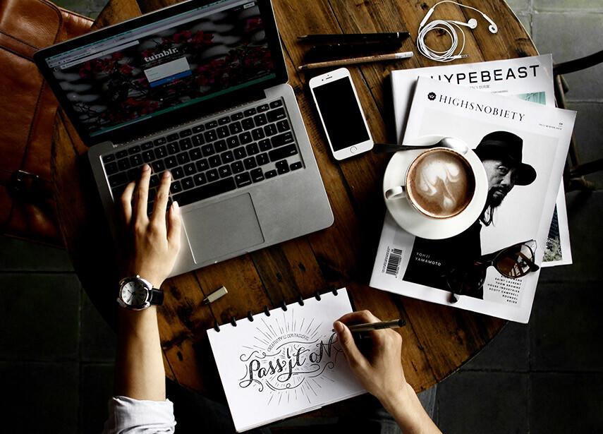 foto ilustrativa de um webdesigner trabalhando