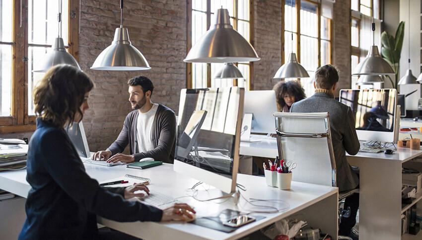 foto ilustrativa: webdesigner trabalhando em agência