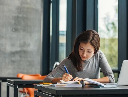 Aprenda como conciliar a carreira freelancer e sua pós-graduação