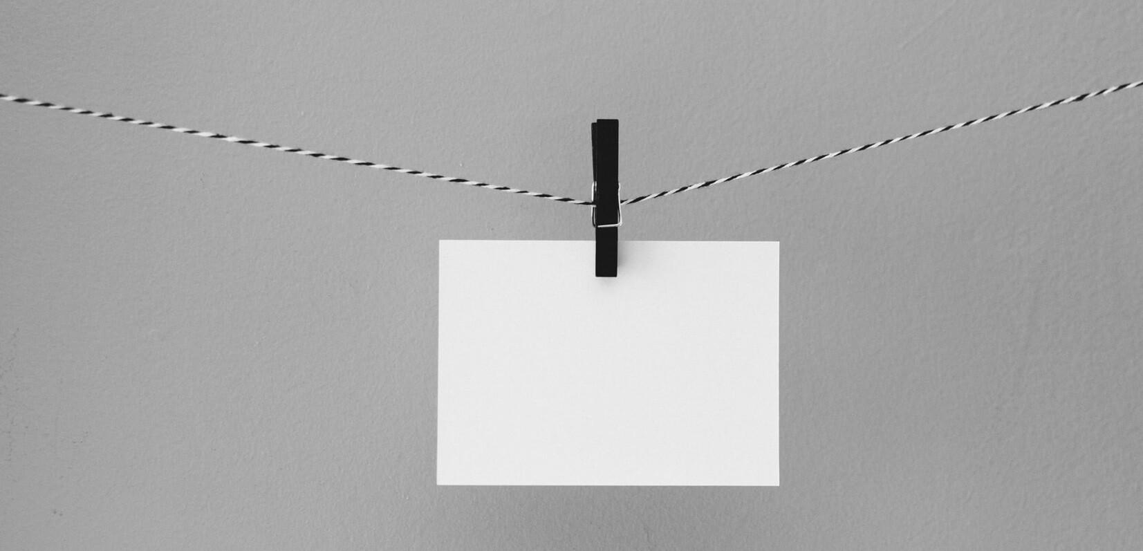 comunicação acessível - papel em branco pendurado em um varal