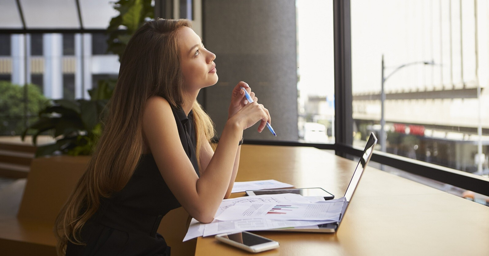 perfil profissional - jovem pensativa em frente ao computador